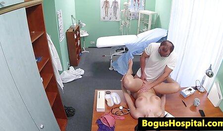 Un hombre despegar delante de la anal en castellano cámara cuando su novio folla