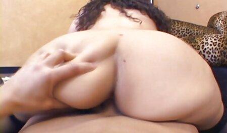 Hombre blanco pateando sexo anal gratis español mientras una mujer negra masturbándose con ella