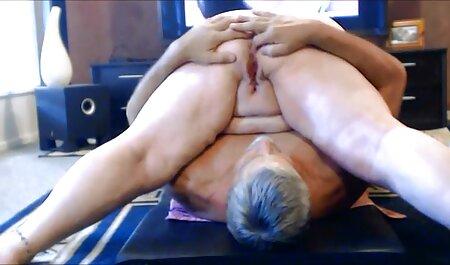 Hombres adultos anal casero español y dos mujeres murmurando en el sofá