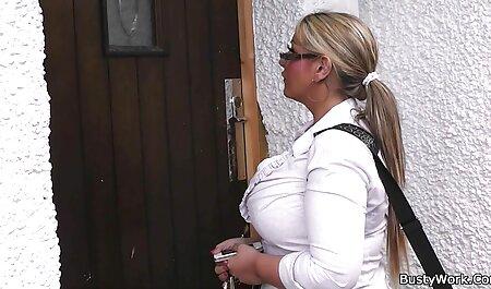 Latina Crystal le da su primer anal español una profunda mamada a dos hombres