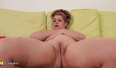 La chica hace una mejor anal español pedicura y muestra sus pies