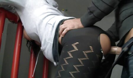 Caliente chica en striped medias traer ella misma al anal sex en español orgasmo