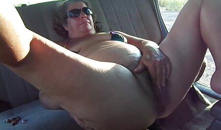 Vierta la crema en la vagina en español anal y amasar con juguetes