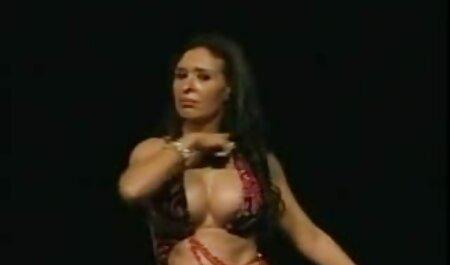 Sexy Morena chupar la polla, dándose anal sex en español la polla en la sesión de masaje y recibe semen en la boca