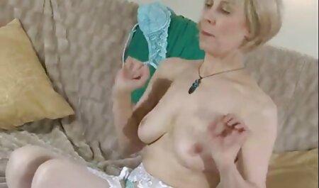 El viejo casualmente jadeó sexy morenas sexo anal en español latino en el baño