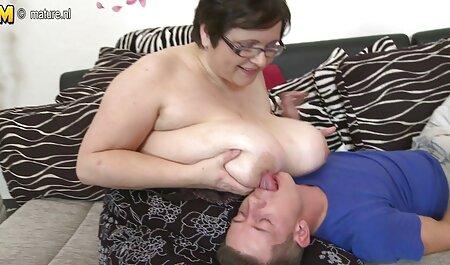 Pequeña niña anal doloroso español acariciando el culo con los dedos y el juguete sexual