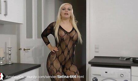 La chica muestra el primer plano del clítoris y videos completos de sexo anal envía