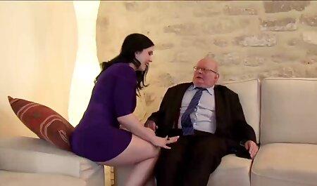 Hermosa chica relajarse, hacer su orgasmo con la anal en español hd ayuda de falo
