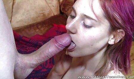 Chick lamiendo dulces en un palo para atrapar anal sex en español voces