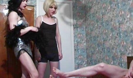 Chica de su primer anal español pelo rosa dando una mamada a Fake Taxi Driver