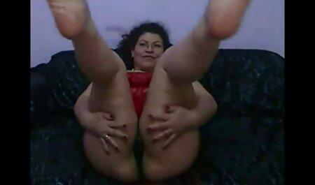 Chica viendo analespañola en medias negras conduce al orgasmo