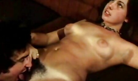 Mujer teniendo un romance en amateur anal español su cama en su dormitorio