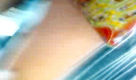 Delgado anal subtitulado lesbianas acariciando en el baño y follando coños y culos con un consolador